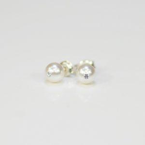 Kolczyki z białą perłą C