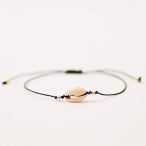 Bransoletka Mini Shell No1 - urocza,wykonana z nylonowego, cienkiego sznureczka z bardzo modną w tym sezonie maleńką muszelką Kauri.